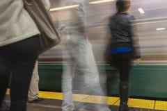 Tache floue de gare ferroviaire d'heure de pointe Photographie stock libre de droits
