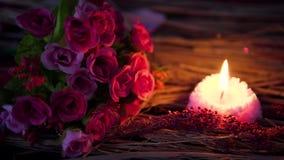 Tache floue de longueur de la combustion de bouquet et de bougie de fleur de Valentine de décoration banque de vidéos
