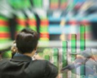 Tache floue de mouvement de commerçant dans la salle de vente sur le fond courant brouillé de conseil dans le concept d'affaires Images libres de droits