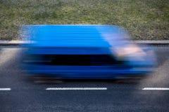 Tache floue de mouvement d'un fourgon de livraison bleu Photos libres de droits