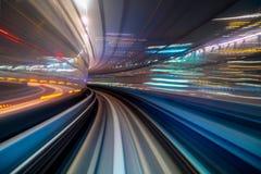 Tache floue de mouvement d'une ville et d'un tunnel de l'intérieur d'un monorail mobile à Tokyo photo stock