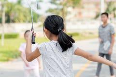 Tache floue de mouvement de retour de la fille jouant le badminton photos stock