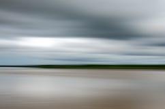 Tache floue de mouvement sur la rivière photo libre de droits
