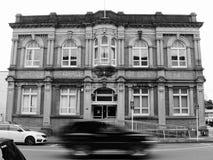 Tache floue de mouvement de voiture devant un bâtiment photos libres de droits