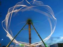 Tache floue de rotation de lumières de tour d'amusement au crépuscule Photographie stock libre de droits