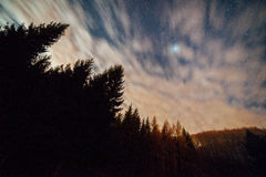 Tache floue des nuages en ciel nocturne Images stock
