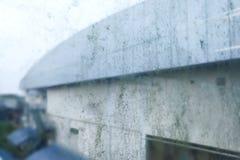 Tache peu hygiénique sale de moule sur le vitrail parce qu'humidité photo stock