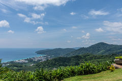 Tache scénique gentille avec l'île, l'arbre vert, l'herbe et le rivage Phuket, Thaïlande Photo libre de droits