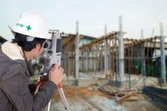 Tacheometer или теодолит пользы инженеров с constructi здания Стоковые Фотографии RF