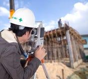Tacheometer или теодолит пользы инженеров с constructi здания Стоковые Фото
