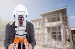 Tacheometer или теодолит пользы инженеров с constructi здания Стоковая Фотография