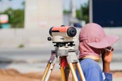 Tacheometer o teodolite dell'attrezzatura dell'ispettore all'aperto Fotografia Stock