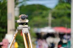 Tacheometer o teodolito del equipo del topógrafo al aire libre Foto de archivo