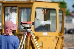 Tacheometer o teodolito del equipo del topógrafo al aire libre Imagen de archivo