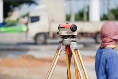 Tacheometer o teodolito del equipo del topógrafo al aire libre Fotografía de archivo