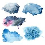 Taches bleues d'aquarelle réglées Éléments abstraits peints à la main d'isolement sur le fond blanc Pour la conception et les cop illustration stock