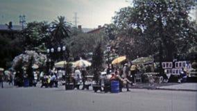 1971 : Taches de touristes classiques autour du quartier français banque de vidéos