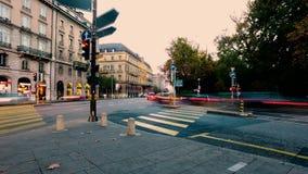 Taches floues de lumière des personnes et du trafic sur les rues urbaines de ville occupée banque de vidéos