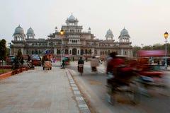 Taches floues de mouvement de pousse-pousse et de voitures dans l'Inde image stock