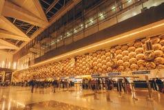 Taches floues de mouvement des passagers de marche à l'intérieur de l'aéroport international de Delhi Image stock