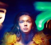 Taches floues. Portrait de femme dans les ombres troubles multicolores Photo libre de droits
