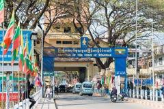 Tachileik, Myanmar - 26 de fevereiro de 2015: Ponte de Myanmar-Tailândia A loja de T fotos de stock