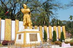 Tachileik, Myanmar - 26 febbraio 2015: Statua di re Bayint Naung (sedere fotografia stock