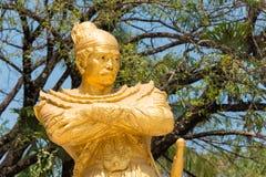 Tachileik, Myanmar - 26 febbraio 2015: Statua di re Bayint Naung (sedere fotografia stock libera da diritti