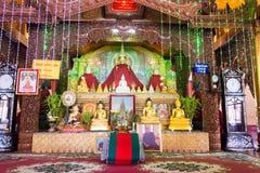 Tachileik, Myanmar - 26 febbraio 2015: Statue di Budda alla pagoda di legno fotografia stock