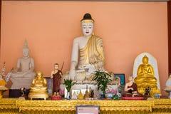 Tachileik, Myanmar - 26 febbraio 2015: Statue di Budda alla pagoda di legno fotografia stock libera da diritti
