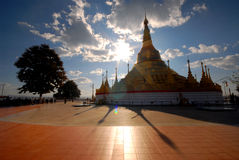 Tachilek Shwedagon塔。 免版税库存图片