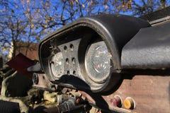 Tachimetro arrugginito sul pannello di controllo d'annata dell'automobile Fotografie Stock