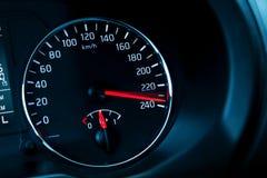 Tachimetro automobilistico moderno sul nero immagine stock