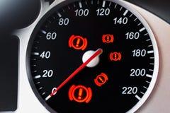 Tachimetro dell'automobile con l'indicatore e le luci d'avvertimento Fotografia Stock Libera da Diritti
