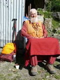 Tachtig jaar het oude monnik ontspannen op zon - Nepal Stock Afbeeldingen