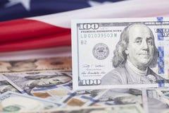 Tachuela de los billetes de banco del dólar en bandera americana Fotografía de archivo