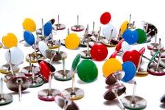 Tachuelas de pulgar de los contactos de gráfico en muchos colores aislados Imagen de archivo libre de regalías