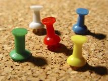 Tachuelas de pulgar en corcho imagen de archivo libre de regalías