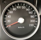 Tachymètre gris de voiture avec les nombres blancs et la flèche rouge image libre de droits