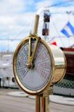 Tachymètre sur la plate-forme d'un vieux bateau photographie stock libre de droits