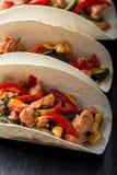Taci messicani con carne di maiale e le verdure Taco del pastore di Al sulle stoviglie dell'ardesia Fine in su Fotografia Stock Libera da Diritti