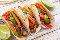 Taci messicani con carne e le verdure Pastore di Al dei taci su woode Fotografia Stock Libera da Diritti