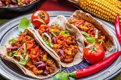 Taci messicani con carne, i fagioli e la salsa Vista superiore immagine stock libera da diritti