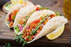 Taci messicani con manzo, fagioli in salsa al pomodoro immagini stock