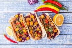 Taci messicani della carne di maiale con le verdure e la zucca Taci su di legno Fotografie Stock Libere da Diritti