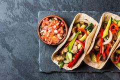 Taci messicani della carne di maiale con le verdure Vista superiore Fotografia Stock