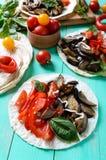 Taci vegetariani con melanzana, pomodori ciliegia, peperoni dolci su un fondo di legno luminoso Immagini Stock