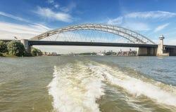 Tack vare trafikstockningarna beryktade Brienenoordbrug i Rotterdam Arkivbilder