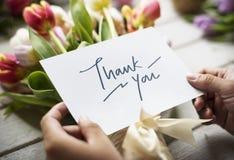 Tacka dig att card med buketten av blommor royaltyfri fotografi