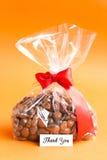 Tacka dig att card med Drageechoklad med mandlar och Cranberrie Royaltyfria Foton